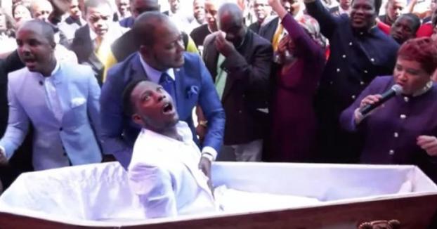Un pastor de Sudáfrica ''resucita'' a un hombre durante un funeral