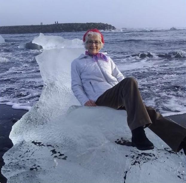 Una señora se sube a un bloque de hielo en forma de trono para sacarse una foto y acaba mar adentro
