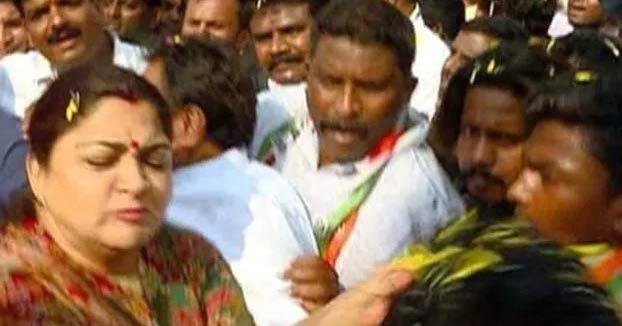 La política india Khushbu Sundar le da un bofetón a un hombre que la manoseó durante un acto de campaña