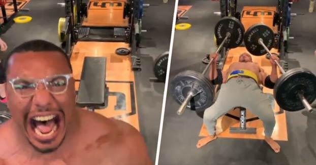 Larry Wheels, la nueva máquina del Powerlifting, levantando 110 kilos con cada mano