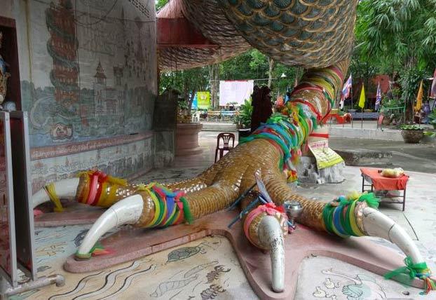 El Wat Samphran, un templo de Tailandia con una torre de 17 pisos rodeada por un enorme dragón