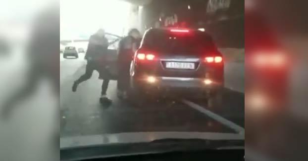 Agreden a un conductor en plena M-40 e intentan arrancarle la puerta del coche