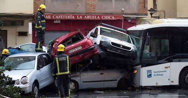 Un conductor de autobús sufre un infarto y arrolla a una decena de coches en Málaga