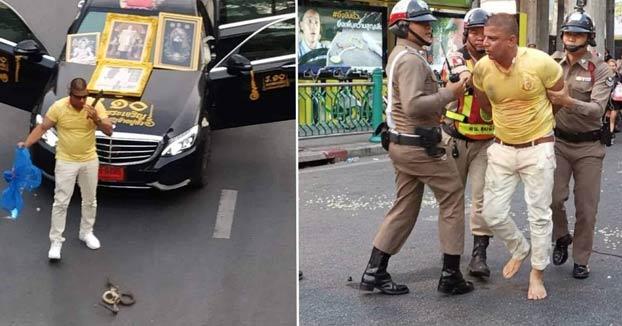 Un hombre abre una bolsa de cobras en mitad de una calle como parte de un ritual para salvar al mundo de un desastre