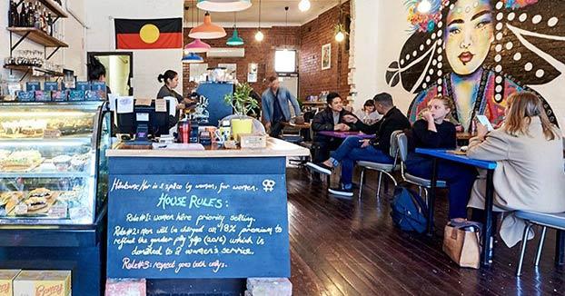El café bar vegano que cobraba un 18% más a los hombres y daba prioridad a las mujeres para sentarse, echa el cierre