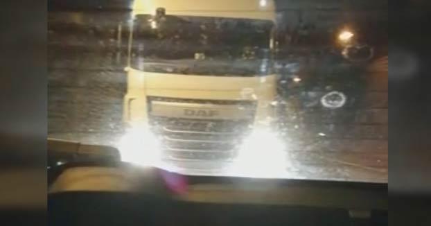 ''Mamá, se acerca mucho'': Un camionero presiona y pita a un conductor para que acelere en Navarra