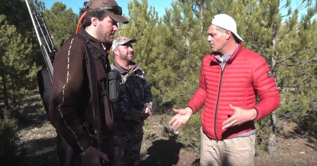 Un grupo de cazadores explica a Frank Cuesta por qué la caza es necesaria