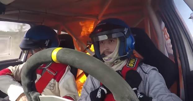 Momento en el que un coche de rally se incendia con los pilotos dentro durante una carrera en Argentina