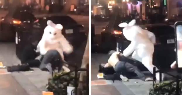 Un conejo de Pascua le da una paliza a un hombre que escupió a una mujer