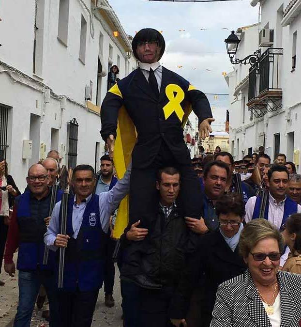 Disparan y prenden fuego a una figura de Carles Puigdemont en las fiestas de Coripe, Sevilla
