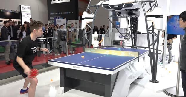 El robot Forpheus enfrentándose a un entrenador profesional de tenis de mesa