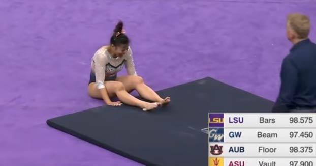 La gimnasta Samantha Cerio se rompe las dos piernas al aterrizar después de una acrobacia