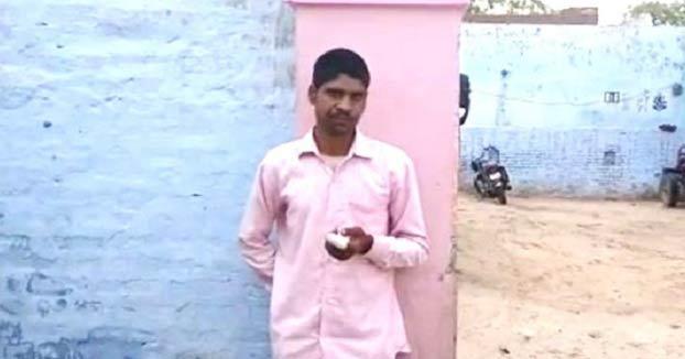 Un hombre indio se corta un dedo con un hacha por haberse equivocado al votar