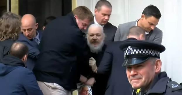 Julian Assange, detenido por la Policía británica en la Embajada de Ecuador en Londres. Vídeo de la salida