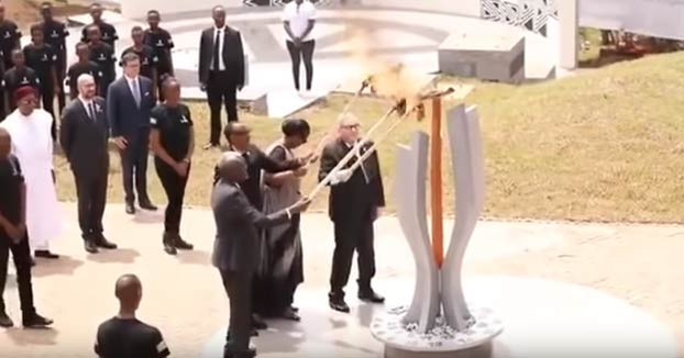 Jean-Claude Juncker casi le prende fuego a la Primera Dama de Ruanda durante la celebración del aniversario del genocidio de los Tutsi