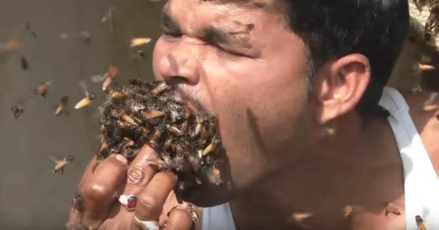 Suk Mohammad Dalal, un hombre indio de 32 años que se mete un puñado de abejas en la boca