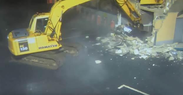 Roban un cajero automático utilizando una excavadora y se lo llevan en un coche con el techo cortado