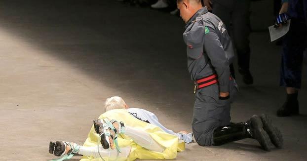 Momento en el que el modelo Tales Cotta muere tras caer desplomado en la pasarela