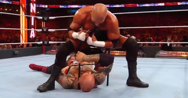 WWE: Triple H le arranca el piercing de la nariz a Batista y después se lo come
