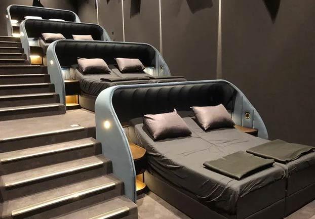 El cine Pathé de la ciudad suiza de Basilea ha abierto una sala con camas dobles en lugar de butacas