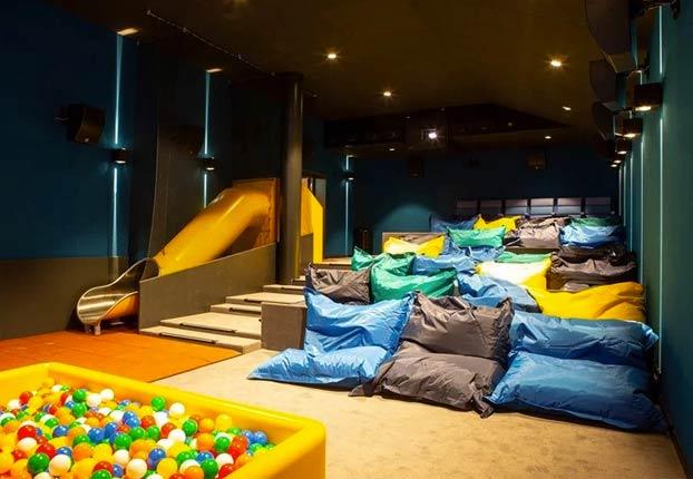 Sala cine con piscina de bolas niños