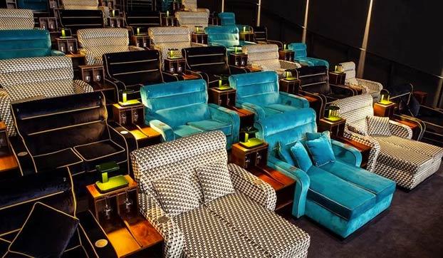 Sala cine con sofás dobles