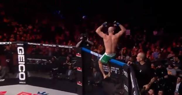 Un luchador ruso deja KO a su rival con un rodillazo volador en la mandíbula a los 10 segundos de combate