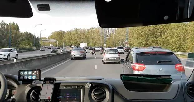 Un motorista ayuda a abrirle paso a una ambulancia en Toulouse