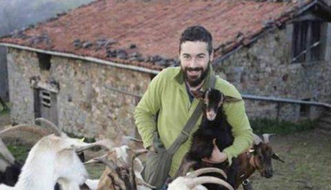 El dueño del hotel rural asturiano denuncia al pastor Nel Cañedo por las amenazas en el vídeo del gallinero
