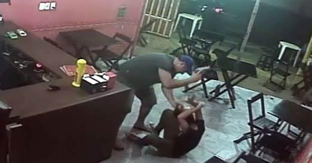 Un policía brasileño le da una paliza con una pistola a la dueña de un restaurante por confundir la salsa de su hamburguesa