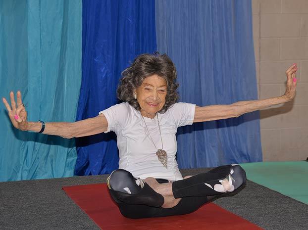 Esta profesora de yoga tiene 100 años y dice que el secreto de la longevidad es vivir todos los días llenos de la ''alegría de la vida''