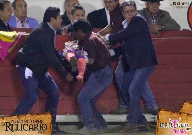 La torera Hilda Tenorio recibe al toro de rodillas y este la embiste golpeándole en la boca