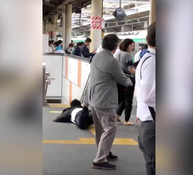 Una colegialas japonesas persiguen a un hombre que las tocó en el tren