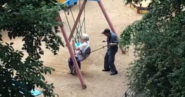 El vídeo que enternece a todo Internet: Dos abuelos en el columpio de un parque infantil