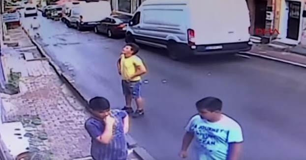 Un adolescente atrapa al vuelo a una niña de 2 años que cayó por una ventana en Estambul