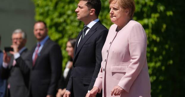 Angela Merkel temblando de forma incontrolable durante la visita del nuevo presidente de Ucrania