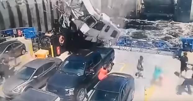 Una autocaravana 'vuela' y cae sobre un ferry que acababa de salir del muelle en Tadoussac