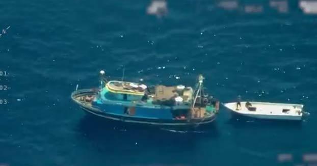 Espera, espera. ¿Por qué ese barco de pesca lleva un bote de madera a remolque?