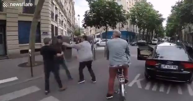 Casi atropella a un invidente en un paso de peatones de París y se baja del coche para agredir a su acompañante