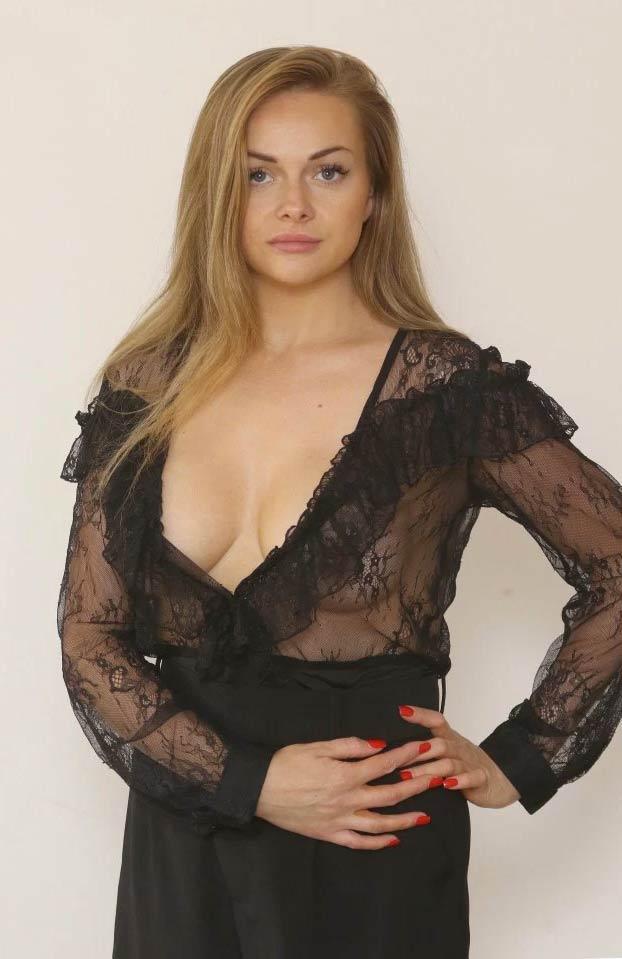 Expulsan a una mujer de un avión en el aeropuerto de Málaga por llevar una blusa demasiado escotada y con transparencias