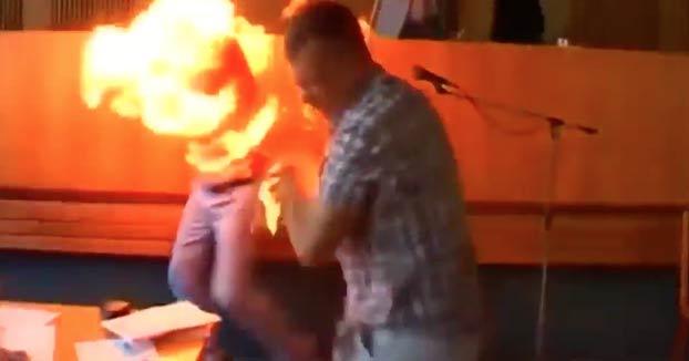Un empresario se prende fuego durante un pleno en el ayuntamiento de Berdychiv, en Ucrania