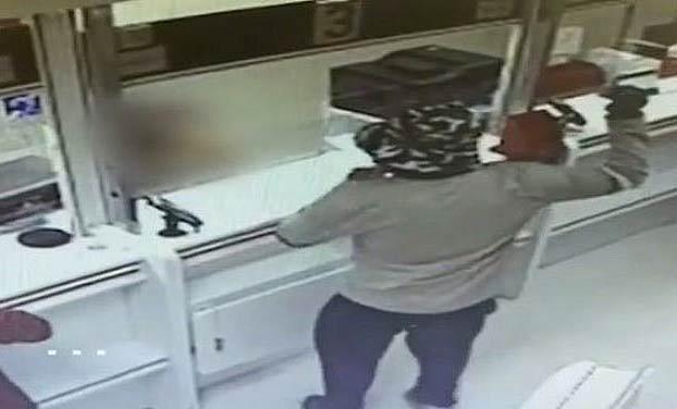 Un ladrón atraca dos bancos amenazando al personal con un aguacate como si fuera una granada de mano