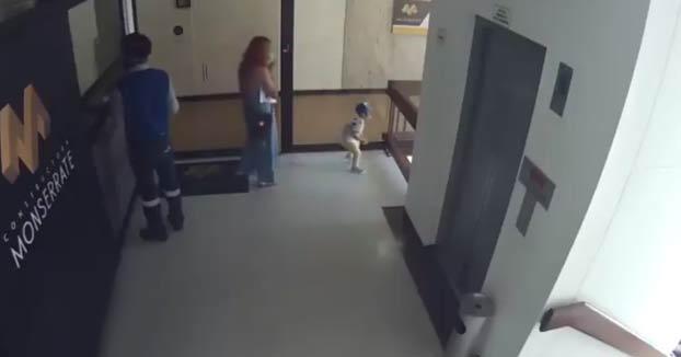 Una mujer salva a su hijo de caer al vacío en el último segundo
