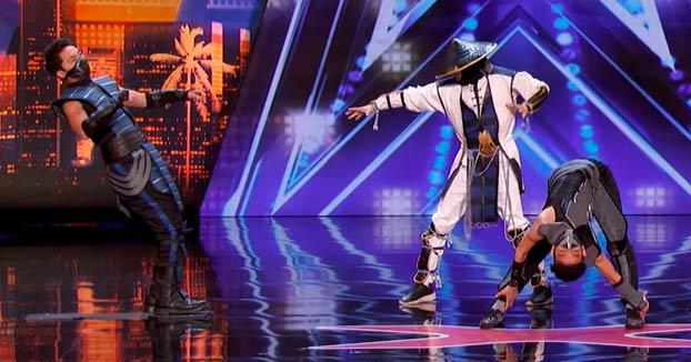 Un grupo de contorsionistas se caracterizan de Mortal Kombat para hacer un número de 10 en el Got Talent americano
