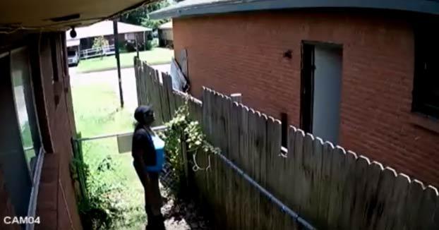 Un mujer es grabada por su propia cámara de seguridad mientras incendiaba la casa del vecino en Del City, Oklahoma