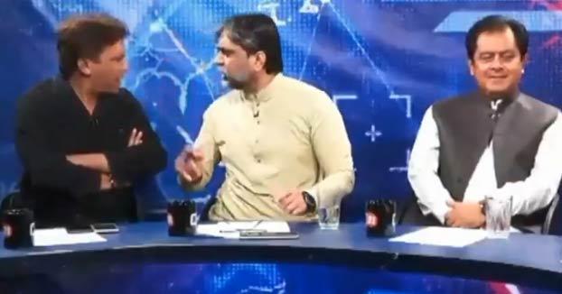 Un acalorado debate acaba en pelea entre un político y un periodista en directo en la tele de Pakistán