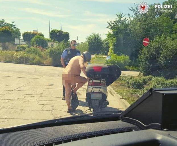La policía pilla a un hombre conduciendo su moto totalmente desnudo: ''Hace mucho calor, ¿qué pasa?''