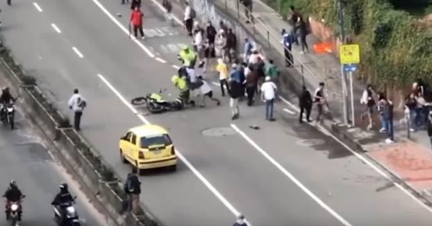 Un policía de Bogotá arrolla a un skater y sus compañeros le golpean y le rompen la moto