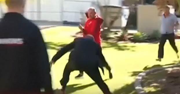 Este detective australiano reduce a un sospechoso haciéndole un placaje en directo