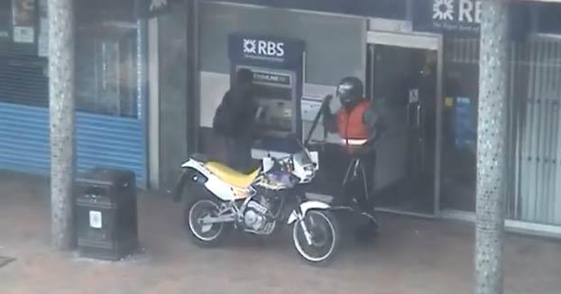 Unos policías de paisano estrellan su coche contra unos ladrones que acababan de robar un banco
